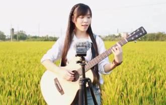 小静稻田吉他弹唱《稻香》,单纯而美好