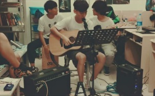大学生宿舍吉他弹唱《我们的时光》,这是最好的时光!