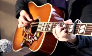 《一生所爱》经典吉他弹唱,唱尽爱情的无奈和伤感